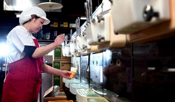 藤川優樹さん 10年で巻いた10段ソフト、約30万個/マルカンビル大食堂 喫茶部門リーダー(29歳)=工藤隆太郎撮影