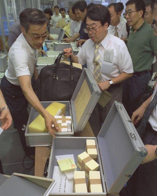 亥年の1995年、参院選の投票率は史上最低になった。東京都足立区の開票所には未使用の投票用紙が各投票所から次々と運び込まれた