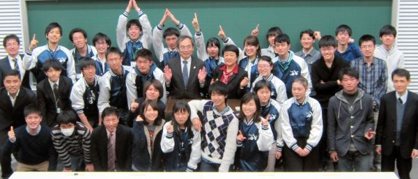 2016年3月、東京理科大の「宇宙教育プログラム」の修了式。向井さんを囲んで記念撮影=東京都新宿区