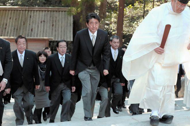 今年1月4日、伊勢神宮内宮に参拝する安倍晋三首相(中央)。首相として二度目の亥年を迎え、何を祈ったのだろうか=三重県伊勢市