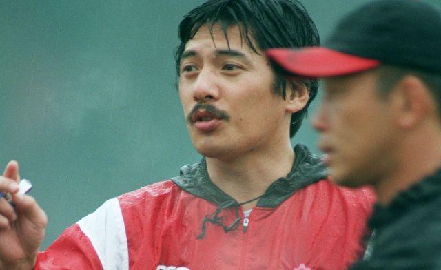 日本代表監督時代の平尾誠二さん。神戸製鋼の日本選手権7連覇時代の中心選手で、藪木さんも一緒にプレーした。「ミスター・ラグビー」と呼ばれるほどの人気で、人望も厚く、引退後も日本ラグビーの発展に尽くしたが、2016年に53歳で亡くなった。