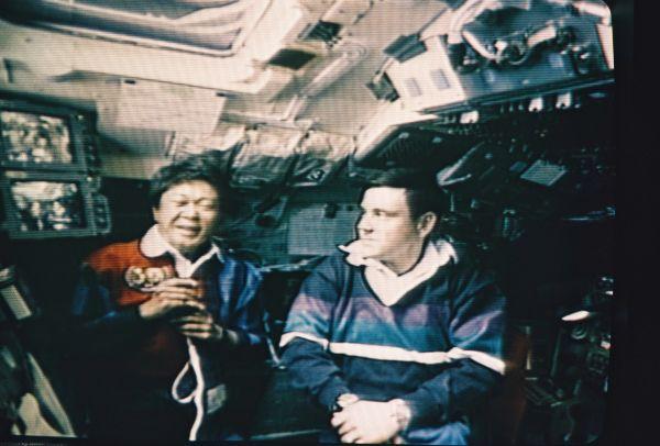 1994年7月、スペースシャトル「コロンビア」に乗った向井さんは、宇宙からテレビを通じて河野洋平副総理(当時)と話した。右はカバナ船長。宇宙では体液が上半身に移動するため、顔がむくんで見える=NASA