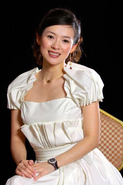 「アジエンス」シリーズのCMに起用されたチャン・ツィイーさん=2005年11月、松永健夫撮影