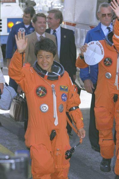 1994年7月、「コロンビア」に向かう向井さん=米フロリダ州のケネディ宇宙センター、松沢竜一撮影