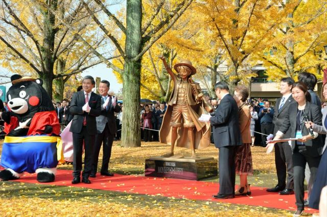 除幕されたルフィ像=2018年11月30日、熊本市