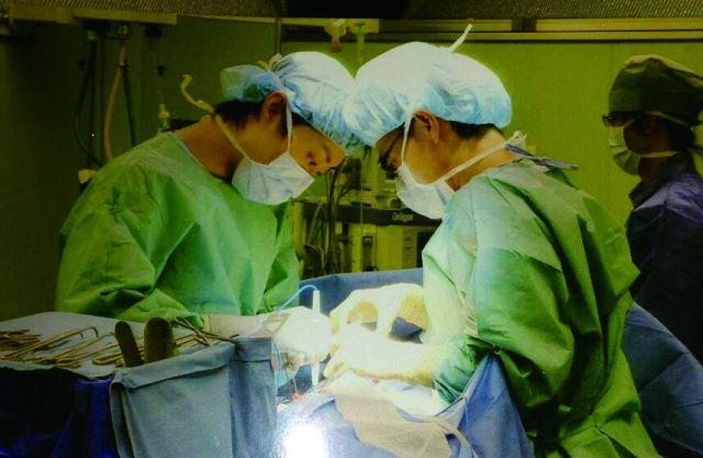 あこがれの外科医になっても、救えない患者がいることに悩んだ石井さん(右)