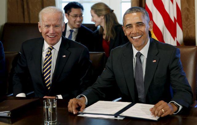 ホワイトハウスで2016年4月、笑顔を見せる当時のオバマ大統領(右)とバイデン副大統領