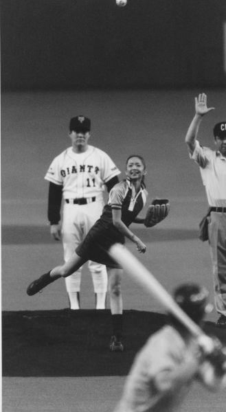 1997年4月4日、巨人―ヤクルト戦で始球式をする安室奈美恵さん。左は巨人・斎藤雅投手=東京ドームで