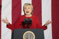 2016年の大統領選終盤戦で、支持者へ訴えるクリントン氏=2016年11月7日、アメリカ・フィラデルフィア、ランハム裕子撮影
