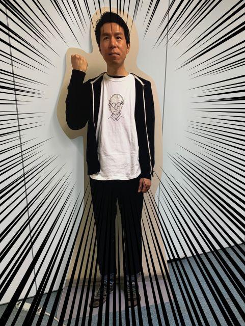 「なんでもない日」に出社したての編集長を階段の踊り場で撮影した写真の等身大パネル