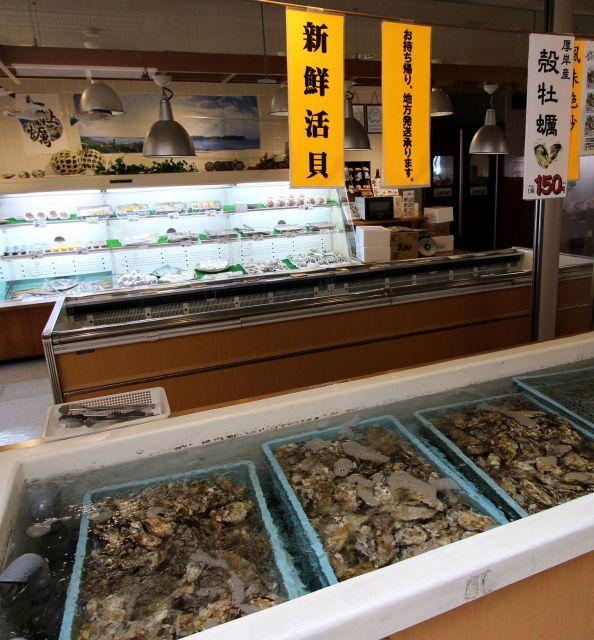 一年中カキが食べられる厚岸グルメパーク。魚介類は併設するレストランへ持ち込んで炭火バーベキューができる