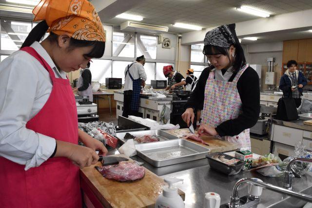 アンコウを調理する生徒たち=山口県下関市の県立長府高校
