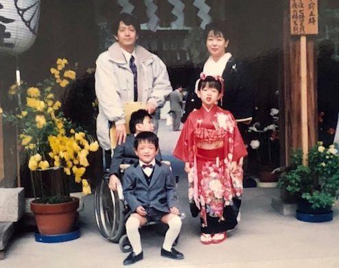 七五三の時に撮った家族写真。暖人さん満9歳、優里さん数え7歳、洸志さん数え5歳=1996年11月/滋賀県大津市建部大社
