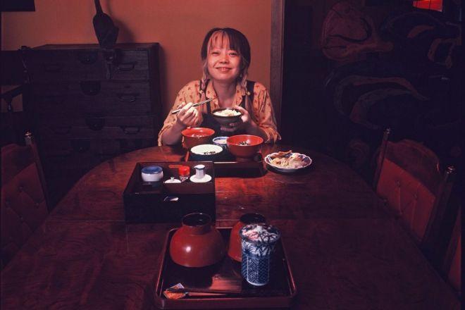 俳優の悠木千帆(樹木希林)さんの、1人の夕食。手前に用意されている膳は夫でロック歌手の内田裕也さんのもの=1974年8月ごろ撮影、アサヒグラフに掲載