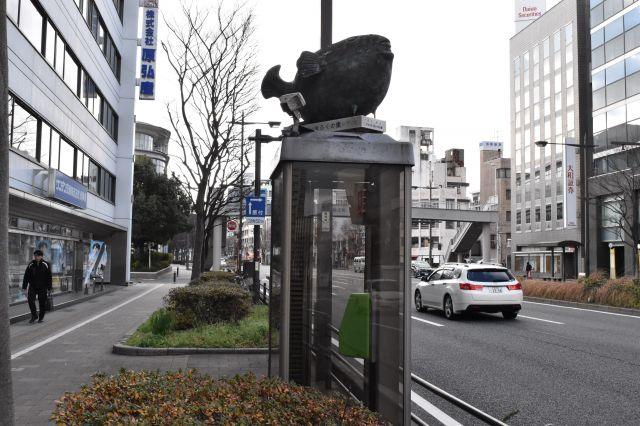 電話ボックスの上には、フグの像が=山口県下関市