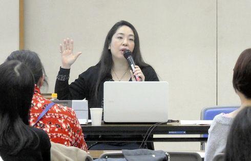 障害のある子どもをもつ親たちに講演する持田恭子さん=東京都、2019年1月、森本美紀撮影