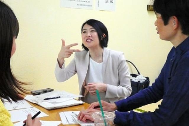 聴覚に障害がある人たちと手話で交流する藤木和子さん(中央)=東京都、森本美紀撮影