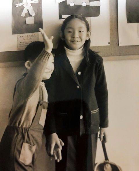 持田恭子さん(右)が6歳、兄が8歳のころ。「私は妹なのに」といつも悲しかったという