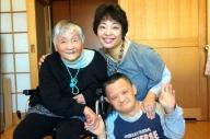 お正月になると、持田恭子さん(右)は兄(手前)と一緒に高齢者施設で暮らす母(左)に会いに行った=千葉県、2016年1月