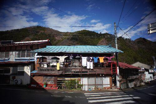 高齢化率が日本一の群馬県南牧村は、山間部の谷にあるため太陽が顔を出す時間が短い。晴れると美しい青空が広がる=2018年12月12日、群馬県南牧村