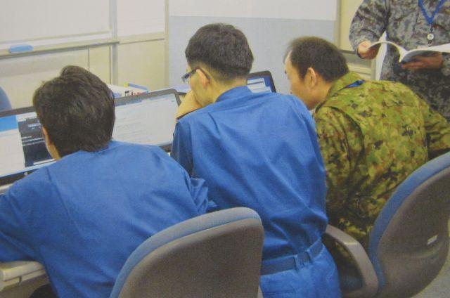 自衛隊のサイバー防衛隊が2017年3月に防衛省で行った初のサイバー攻撃対応訓練の様子。「不審なメールが開封された」という連絡を受け、システム障害やウイルス侵入を防ごうとした。