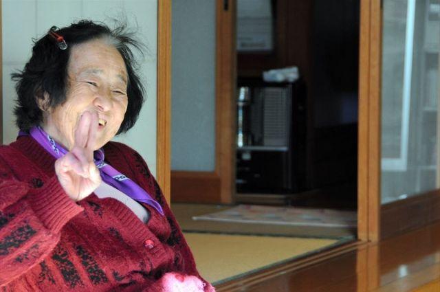 南牧村で出会った高齢の女性。記者がカメラを向けると、「恥ずかしい」と言いつつも、ピースサイン