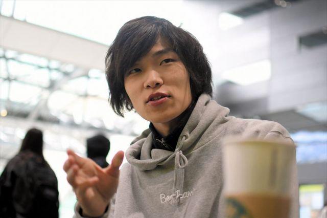 東京・渋谷にできたばかりの「渋谷ストリーム」のスターバックスで、なんもく村について話す古川拓さん