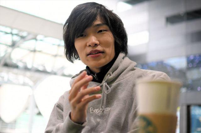 「渋谷はどんどん変わりますね」。東京・渋谷のスターバックスで、地方の将来について話す古川拓さん