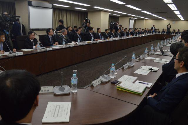 サイバー対策で重要インフラを担う各業界(左側から奥への列)と所管の各省庁(右側)が今年1月に開いた会議。東京五輪に向け対策強化を話し合った=東京・霞が関