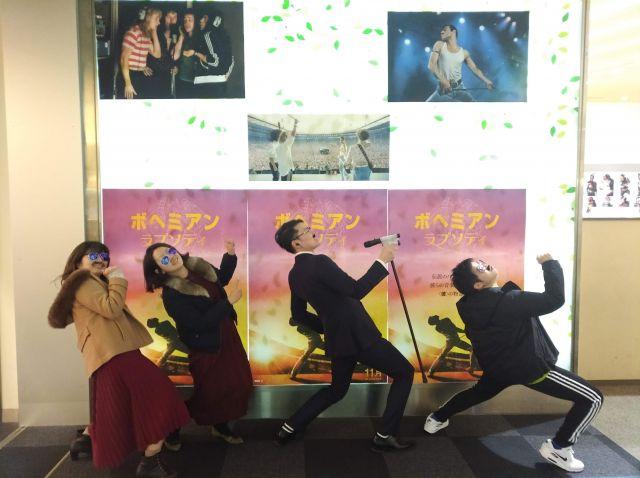 中央が「スタンディングOK」の「応援上映」を企画した佐藤広基さん
