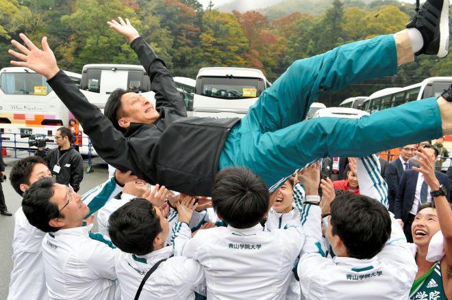 昨年の全日本大学駅伝で、2年ぶり2度目の優勝を決め、胴上げされる青山学院大の原晋監督