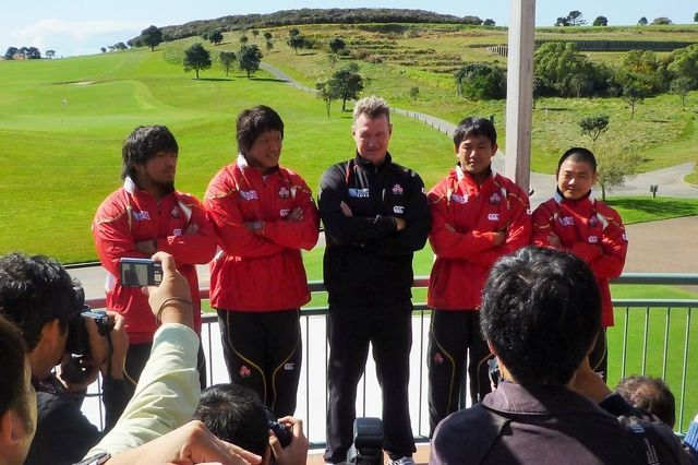 2011年W杯の開幕前に報道陣に意気込みを語る当時の日本代表メンバーら。日本への19年大会誘致も決まってのぞんだ大会だったが……=2011年9月、ニュージーランド