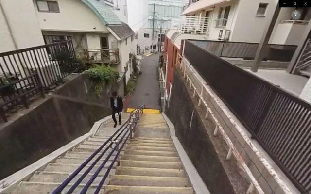 認知症VR動画の、階段を降りる場面。ハコスコをつけた状態で下を向き、足元を確認しても段差がわからず戸惑う