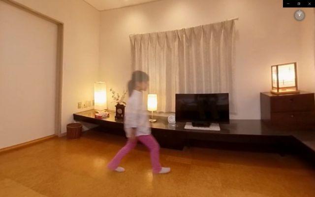 認知症VRでは、幻視の体験もできる。中央の少女が「幻視」で見えているという設定。