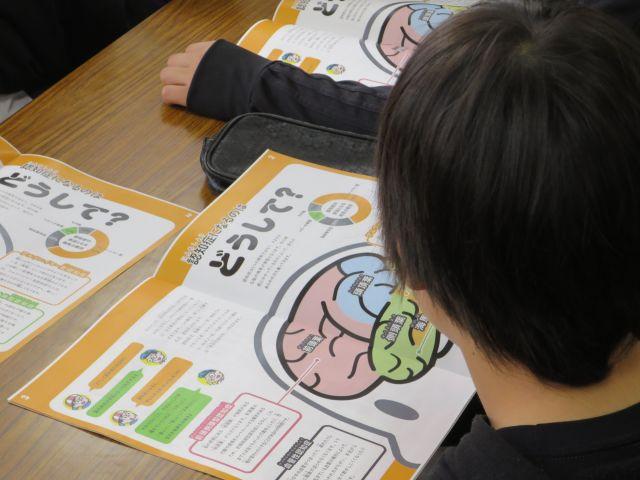 児童はイラスト入りのテキストをじっくり読んでいた