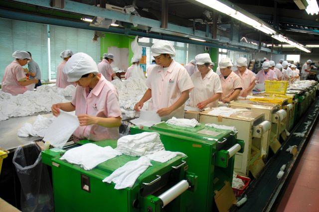 回収したおしぼりは、専用の工場で、塩素などを含む特殊な液体で洗浄される