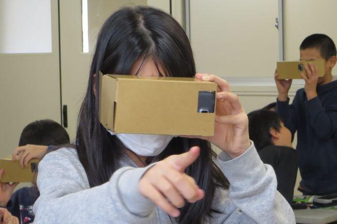 認知症VRの体験をする児童