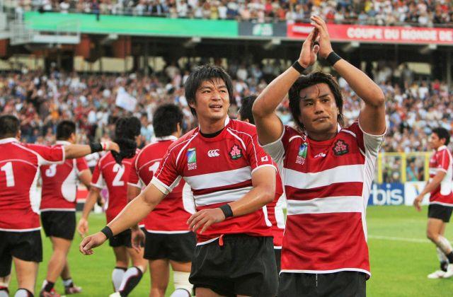 フランスで開かれた07年のラグビーW杯で観客の声援に応える日本選手