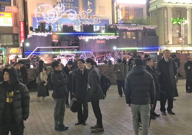 黒ずくめのおじさまたちでにぎわう、JR新橋駅前の「SL広場」。この日の気温は5度=神戸郁人撮影