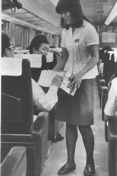 近鉄特急では、お客さんにおしぼりを無料で配布するサービスがあり、好評だった。=1980年9月撮影