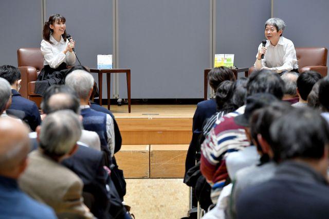春名風花さん(壇上左)と平田オリザさんの対談イベント