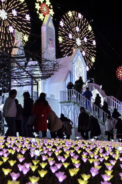 観客でにぎわうあしかがフラワーパークのイルミネーション=2018年12月17日、栃木県足利市、伊ケ崎忍撮影