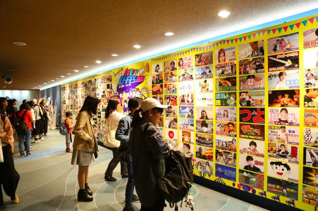 東京ドームシティ アトラクションズで開催された「カモン!U-FES.遊園地」の写真展示=UUUM提供
