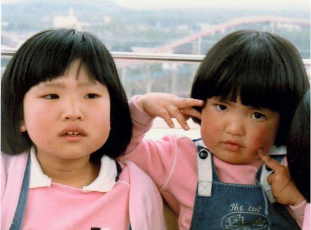 3歳のころの山下のぞみさん(右)と姉のかおりさん。遊園地の観覧車で