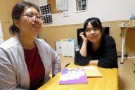 週末にグループホームから帰宅した姉のかおりさん(左)とおしゃべりを楽しむ山下のぞみさん=東京都内、森本美紀撮影