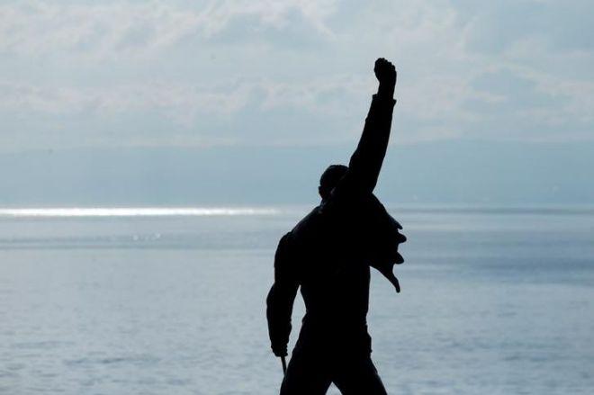 スイスのレマン湖にあるフレディの像=ロイター