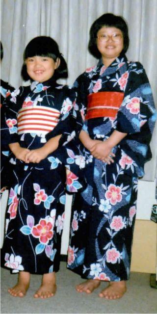 小学6年生のころの山下のぞみさん(左)と姉のかおりさん。夏祭りへ一緒に行った