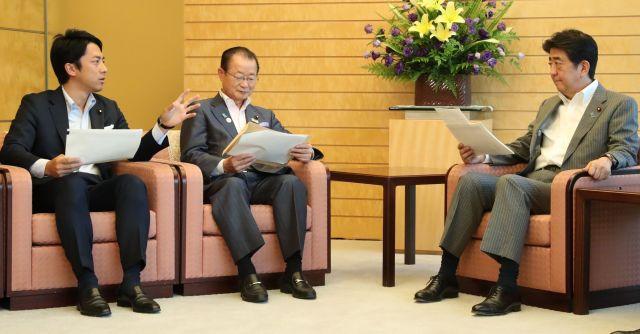 宇宙ゴミに関する提言を自民党の小泉進次郎氏(左)から聞く安倍晋三首相(右)=2018年8月、岩下毅撮影