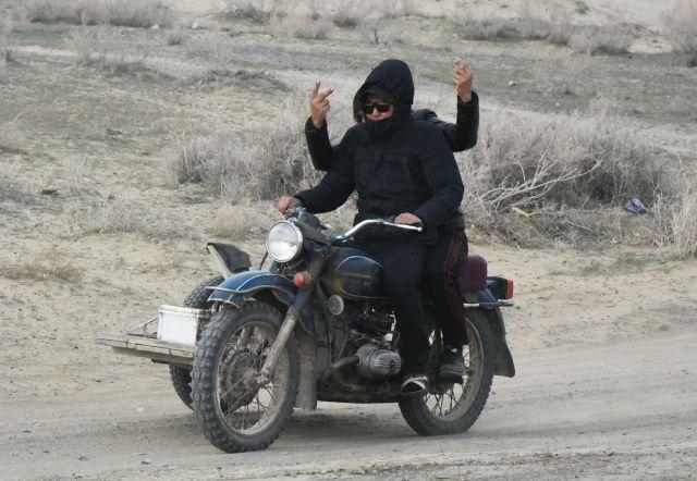 旧ソ連の中央アジア・カザフスタンの地方を走る旧型のウラル。側車を荷台にし、2人乗りで走っていた。車と比べて燃料費が安く、荷物が積めて、泥道などの悪路でも走れるので地方の住民にとっては貴重な交通手段だ。