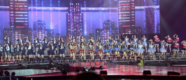 AKB48と姉妹グループは、それぞれ10人ずつが参加。ステージに並ぶと迫力があった=2019年1月、バンコク